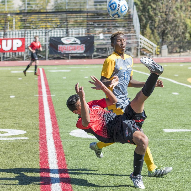 sou-mens-soccer-gonzalo-garcia-bicycle-kick
