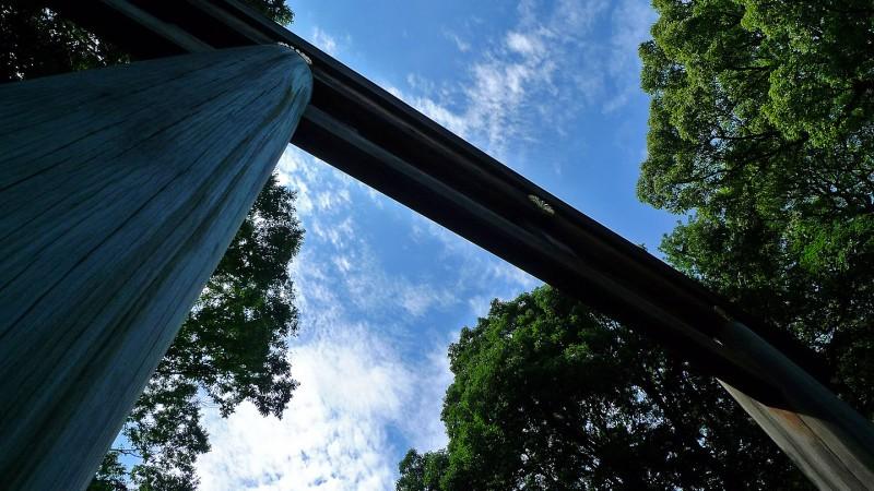 meiji jingu torii looking skyward blue skies clouds tokyo japan
