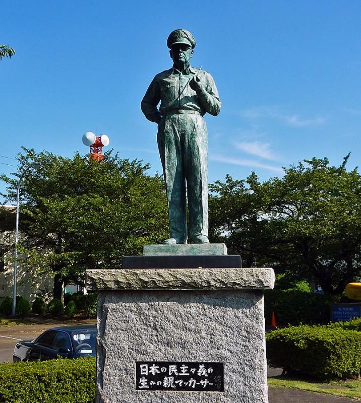 日本の民主々義の生みの親マッカーサー statue of general douglas macarthur atsugi naval air station