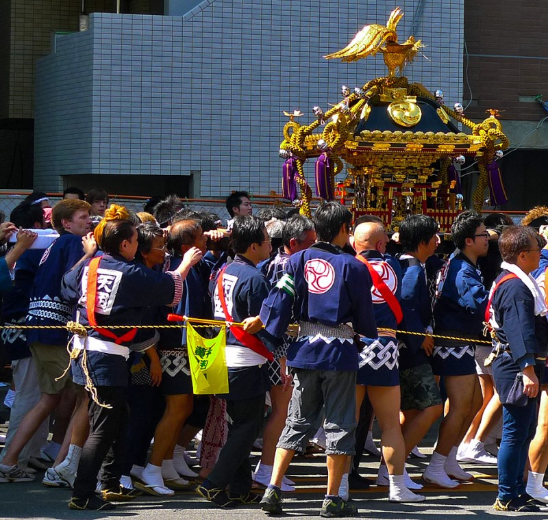 gaijin holding the omikoshi