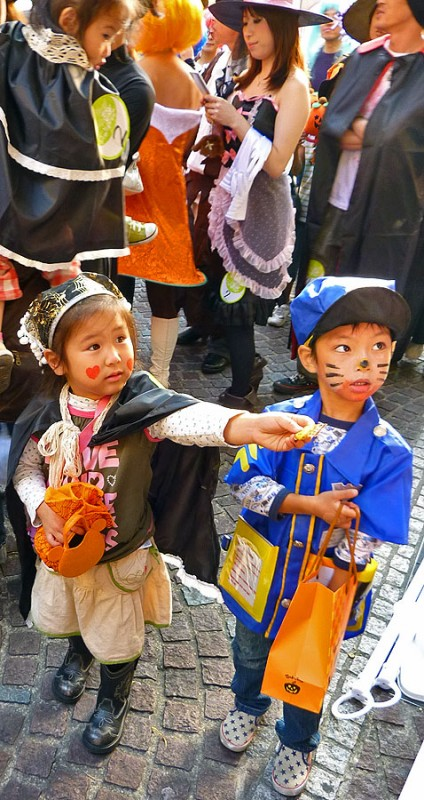 reverse trick-or-treat in japan japanese kids