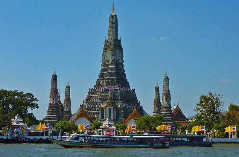 Chao Phraya River wat arun temple dawn