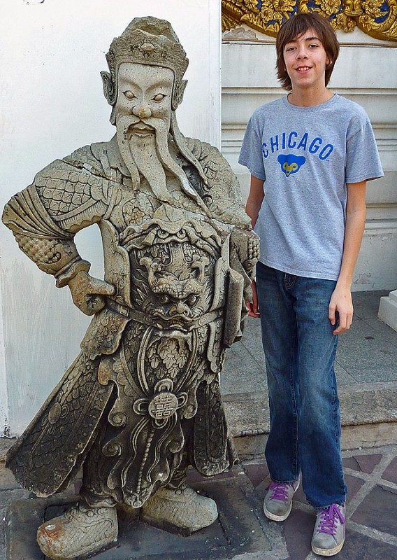 ryan with a statue near the entrance to wat pho po Phra Chetuphon
