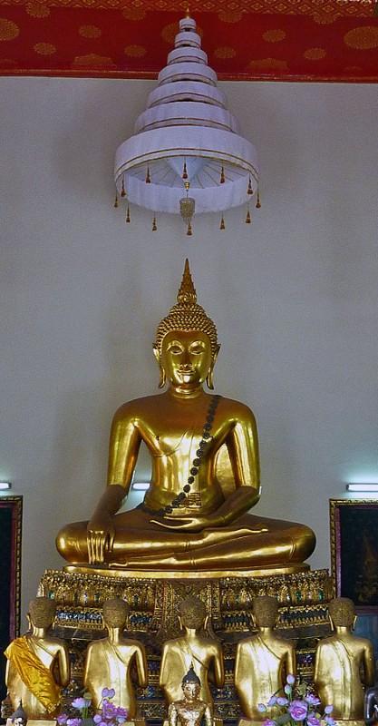gold buddha desciples wat pho bangkok thailand