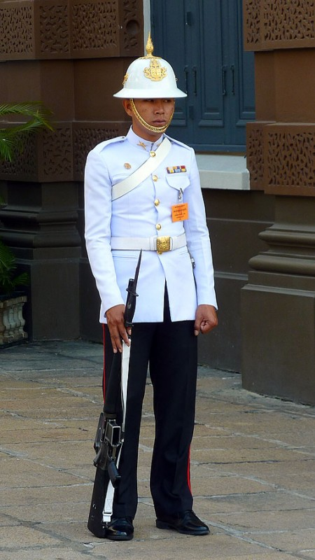 king's guard at thailand's grand palace
