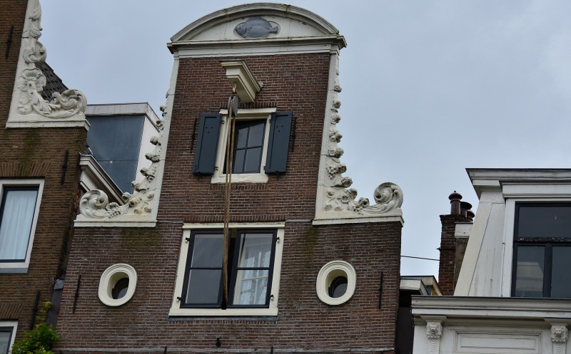 amsterdam houses hooks called hijsbalk rope and pulley
