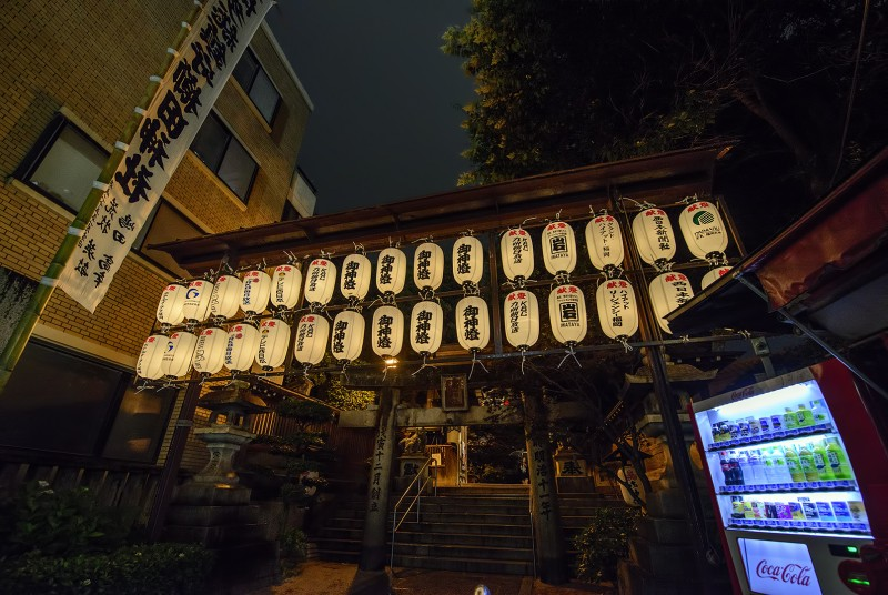 Kushida-jinja 櫛田神社 lanterns vending machine night