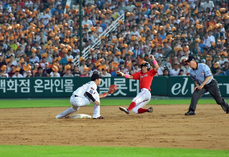 wyrens lotte giants slides steal safe call stolen base sk wyverns