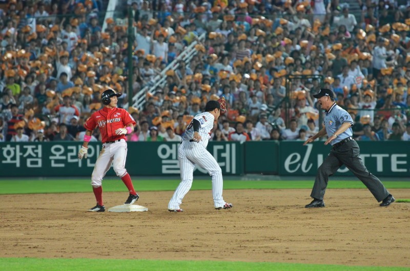 137_2119wyrens lotte giants safe call stolen base