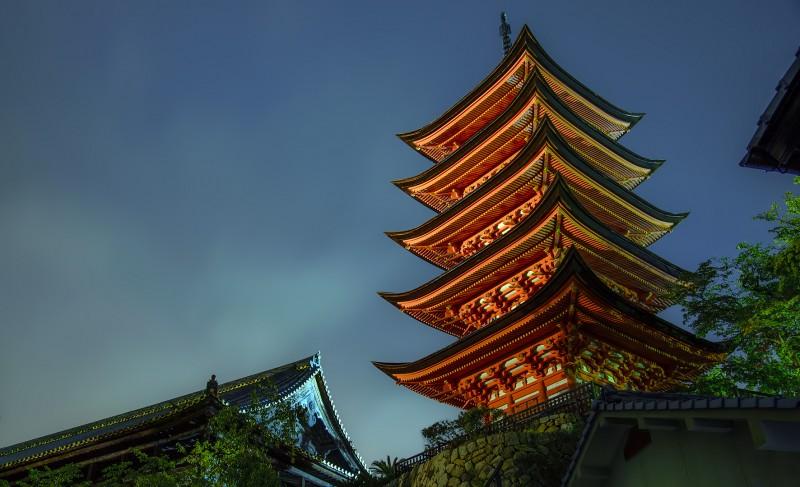 Senjokaku 千畳閣 5-story pagoda 五重塔 at night in rain