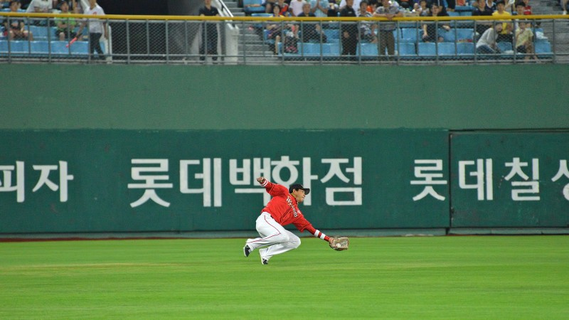 korean baseball centerfielder nice catch