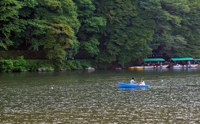 couple in boat arashiyama oi river