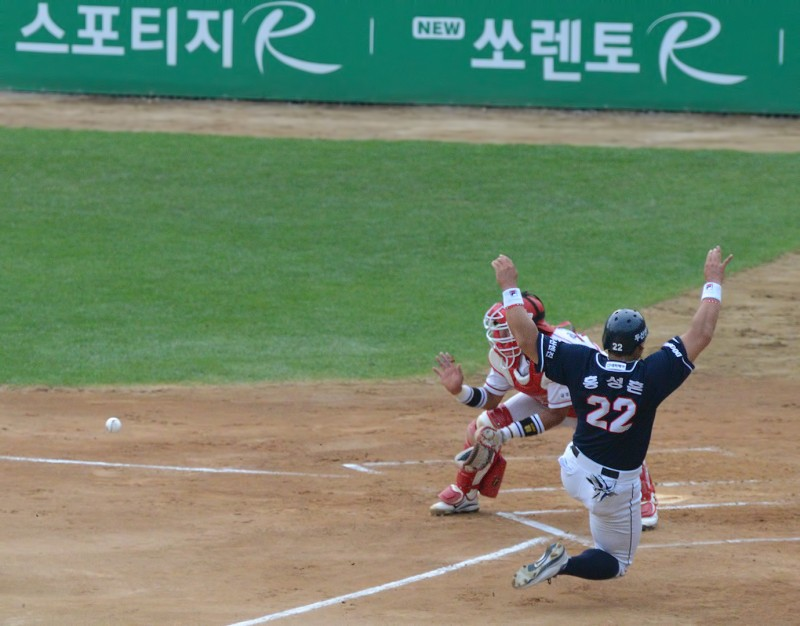 kia tigers doosan bears play at the plate