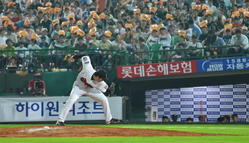 137_2092 lotte giants submarine pitcher
