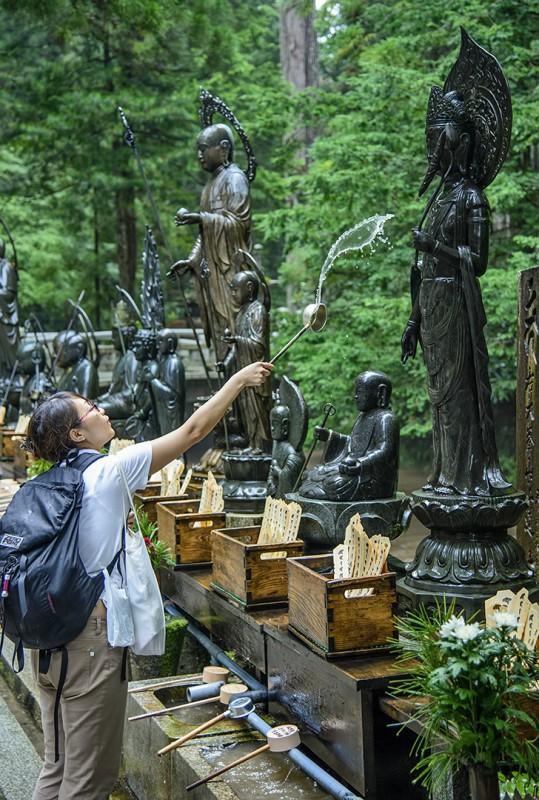 okunoin water statues gods throw splash koyasan