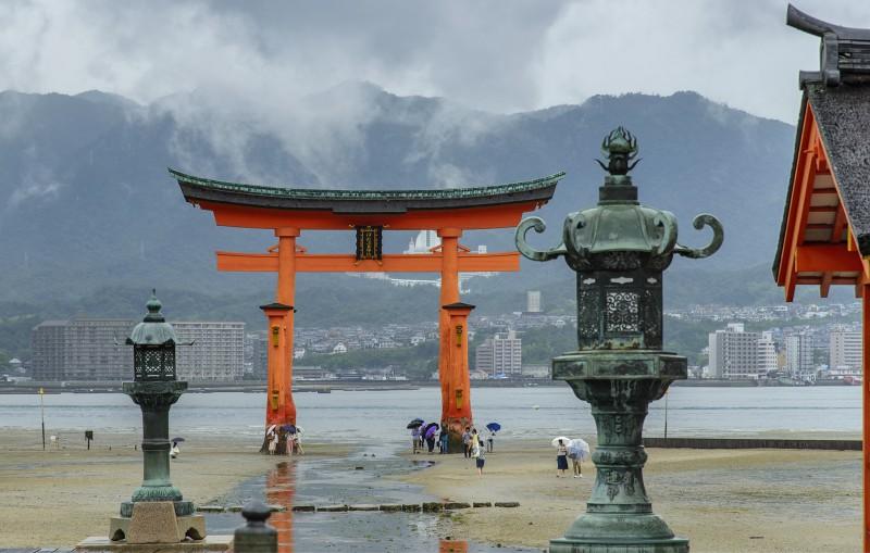 miyajima rain itsukushima torii low tide