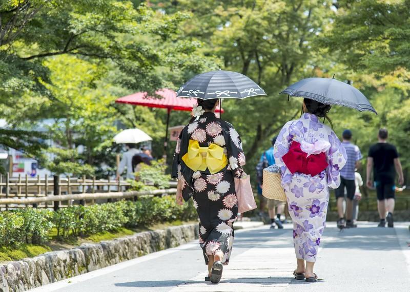 kimono clad ladies japanese japan kyoto kinkakuji golden pavilion temple
