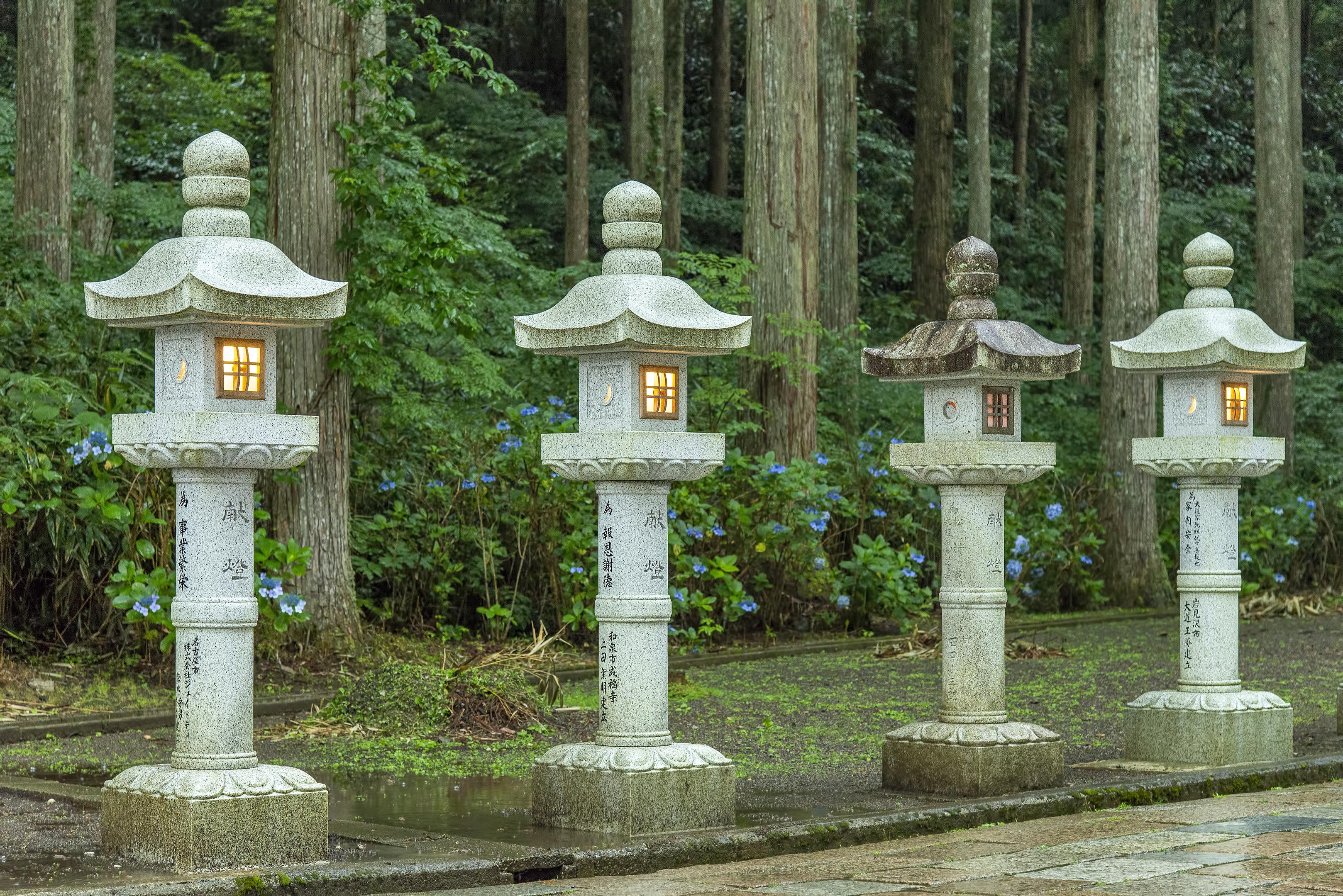 koyasan stone lanterns okunoin